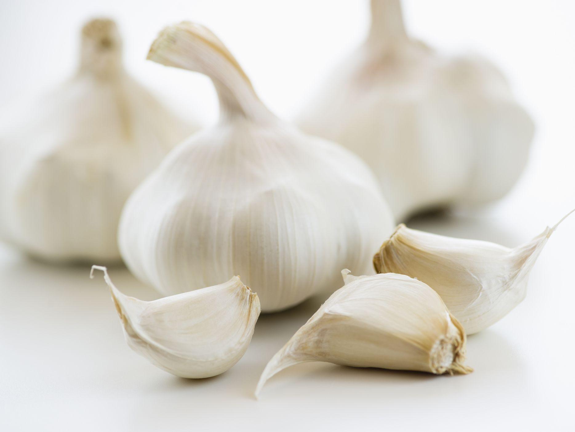 Fresh-garlic-GettyImages-136596122-58b5aeac3df78cdcd89fa3ee